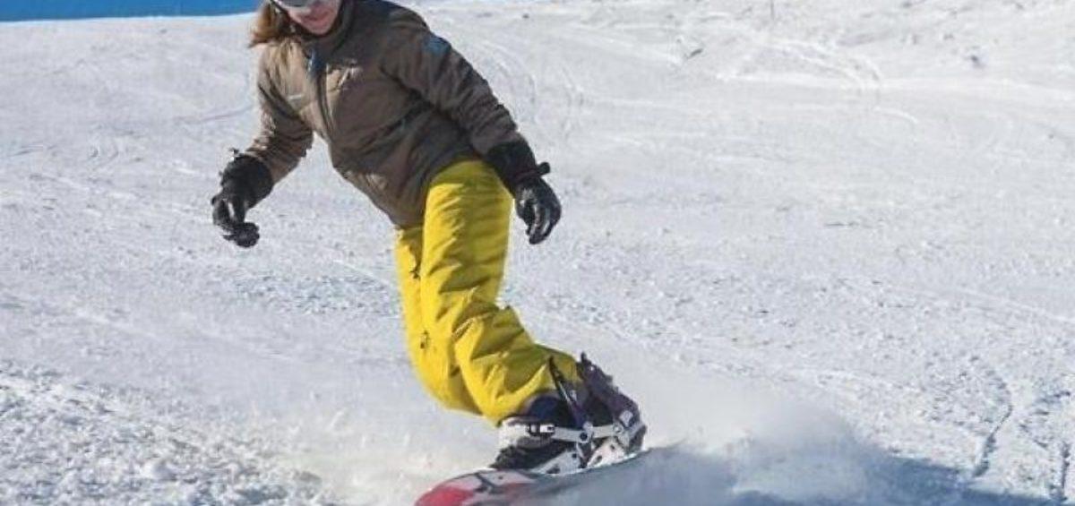 op deze afbeelding staat een skiër met een gele skibroek en een Oakley skibril.